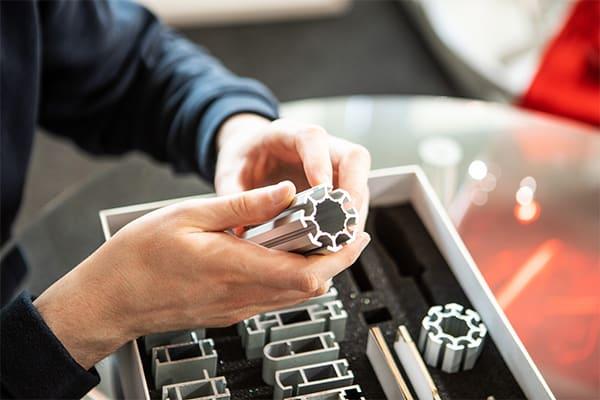 mitarbeiter-von-lt-systems-verpackt-ein-aluminium-rund-profil-mit-t-nut